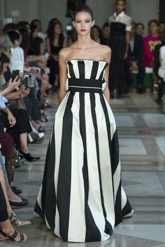 Carolina Herrera Spring 2017 Ready-to-Wear Collection - loving the classic black and white motif.