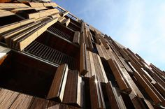 façade en bois avec volets accordéon