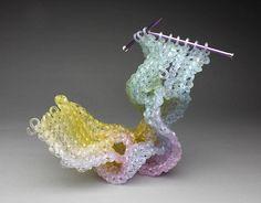 gebreide-glazen-sculpturen-3 Het lijkt haast alsof deze glazen sculpturen net uit de handen van kunstenaar Carol Milne komen. De gebreide sculpturen zijn bijzonder kleurrijk. Ontdek meer sculpturen op EYEspired.