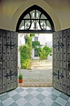 Porta principal do Palacete de Cázulas, em Otívar, na província de Granada, Comunidade Autônoma da Andaluzia, Espanha. Fotografia: www.cazulas.com