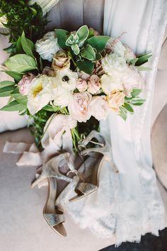 neutral wedding bouquet - photo by Jessica Elle Photography http://ruffledblog.com/romantic-wedding-under-the-oklahoma-sky