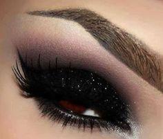 make up guide Black glitter eyeshadow make up glitter;make up brushes guide;make up samples; Sparkly Eye Makeup, Black Eye Makeup, Eye Makeup Tips, Cute Makeup, Gorgeous Makeup, Glitter Makeup, Makeup Eyeshadow, Smoky Eyeshadow, Glittery Nails