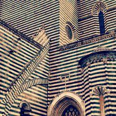 über stripes! Church facade Italy