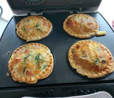 Pastry crust mini quiche with a twist for coriander lovers. Sunbeam Pie Maker, Breville Pie Maker, Filet Mignon Chorizo, Mini Quiche Recipes, Homemade Pie, Mini Pies, The Best, Food To Make, Cooking Recipes