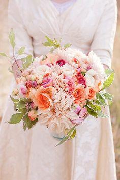 Corals, blush, pinks, whites, garden Bouquet di fiori freschi dallo stile classico: sfoglia la gallery e trova quello per te >> http://www.lemienozze.it/gallerie/foto-bouquet-sposa/