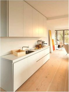 Gallery type kitchens featuring minimalistic design and neutral tones highlighting the concept of open living. Cocinas Kitchen, Minimal Kitchen, Küchen Design, Minimal Design, Kitchen Furniture, Cool Kitchens, Interior And Exterior, Minimalism, Catalog
