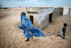 Steve McCurry: I photographed this child in Mauritania, in West Africa. It is a country of vast deserts which continue . Steve Mccurry, Robert Doisneau, National Geographic, Ex Yougoslavie, Vivre A New York, World Press Photo, Afghan Girl, Picture Stand, Famous Photos