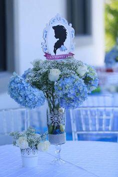 Um luxo essa inspiração de centro de mesa para Festa Infantil Frozen. Se a sua festa for mais sofisticada, esse é o modelo perfeito para você usar. Fonte Catch My Party.