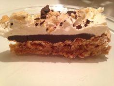 Dette er min sønn Andreas sin absolutte favoritt kake! Snickerskake: 3 eggehviter 3 dl sukker Pisk eggehviter stive og tilsett sukker, litt etter litt. 150 gr salte peanøtter Ca 20 ritz kjeks Knus …