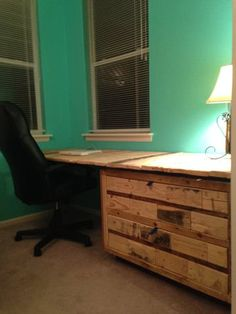 Gorgeous Desk Made Out Of Wooden Pallets & An Old Cabinet #Office, #PalletCabinet, #PalletDesk, #PalletTable, #RecyclingWoodPallets