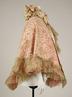 Opera cape ~ British Silk Metropolitan Museum of Art 1890s Fashion, Edwardian Fashion, Vintage Fashion, Edwardian Clothing, Antique Clothing, Vintage Scarf, Vintage Coat, Historical Costume, Historical Clothing