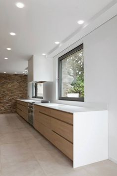 Realization of a wooden kitchen and work plan in corian ® for a villa in Saint-Tropez. The worktop integrates the sink into a single block and thus joins the sink for more harmony. Architect: Labo Arhitecte Source by isarogerie Home Decor Kitchen, Wooden Kitchen, House Design, House, Home, Kitchen Decor, Modern Kitchen Design, Minimalist Kitchen, Kitchen Design