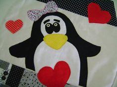 Jogo de Banheiro -Pinguins  Confeccionado em tecido 100% algodão,fibra,forro em algodão cru e aplicações.  Tampa - 44 x 40  Tapete Vaso - 41 x 52  Tapete - 47 x 62  OBS: Consultar disponibilidade de tecidos.
