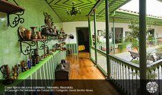 PCC - Paisaje Cultural Cafetero. Casa típica de la zona cafetera. Marsella Risaralda Estilo Colonial, Places To Visit, Patio, Architecture, Jeep Willys, Farms, Color, Rustic Homes, Log Homes