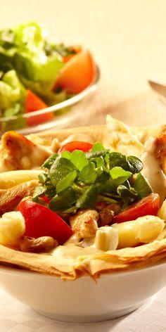 Spargelragout mit Hähnchenfilet im Brik-Körbchen - mit diesem Gericht wirst du deine Gäste beim nächsten Essen bestimmt beeindrucken. Knuspriger Filoteig mit Hähnchen und Spargel gefüllt und mit Pinienkernen verfeinert - klingt das nicht herrlich?
