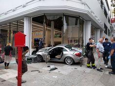 США: водитель Mercedes разогнался и врезался в шоу-рум Tesla http://bit.ly/2eNIxwi  #Tesla #Mercedes #SLK