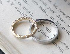 女性のリングの側面には飾り彫りを入れました。内側には、誕生石のエメラルドと記念日、メッセージを刻印したマリッジリング。 [結婚指輪,marriage,wedding,K18,Pt900,emerald]