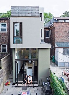 Narrow Modernist Three-Story Home in Toronto - Photo 16 of 18 - A rear view of the narrow house shows how Chong twisted the house's volumes to bring daylight into each room. Narrow House Designs, Narrow House Plans, Tiny House Plans, Tiny House Design, Modern House Design, Modern Houses, Compact House, Home Fashion, Apartment Design