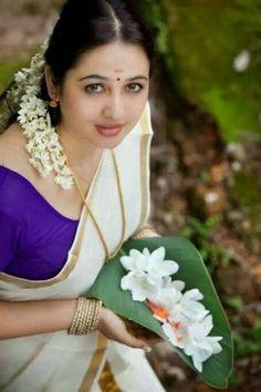 Pretty Girl in a Traditional Kerala Kusavu Saree holding fresh flowers on a banana leaf Kerala Saree, Indian Sarees, Traditional Sarees, Traditional Dresses, Gorgeous Women, Beautiful People, Costumes Around The World, India Beauty, Indian Girls