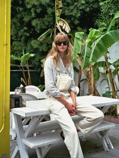 Le Fashion: 17 Ways To Wear White Overalls Jean Top, White Dungarees, Denim Dungarees, White Jumpsuit, Fashion Gone Rouge, All Jeans, Tomboy Fashion, Tomboy Style, Net Fashion