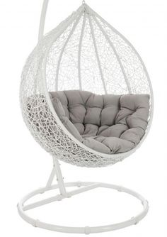 Hangstoel van J Line van Wicker in Wit met Grijs kussen.     Een mooie hangstoel voor op het terras of onder de overkapping/serre. Om heerlijk in te ontspannen of tot rust te komen.    Hangstoel van het merk: J Line  Afmeting: 122x73x195CM   Materiaal: Wi - € 499,00