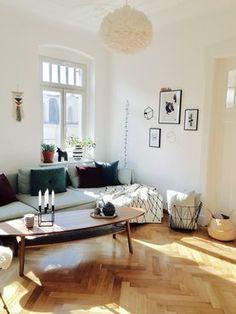 Wunderschöne Wohnzimmereinrichtung in lichtdurchflutetem Altbau.
