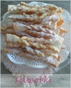 Les faworki sont une pâtisserie traditionnelle de Pologne que l'on prépare le jour de Mardi-Gras. Ce sont des patisseries qui ressemblent à nos bugnes (mais le beurre en moins, donc plus léger! hi hi). Délicates, croustillantes et délicieuses à la fois...