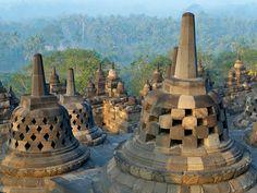 Le temple de Borobudur, importante construction bouddhiste située dans le centre de l'île de Java, en Indonésie, a la forme d'un mandala d'environ 14 40...