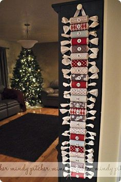 Make toilet paper rolls into Christmas crackers for Advent calendar or to wrap small gifts. Make toilet paper rolls into Christmas crackers for Advent calendar or to wrap small gifts. Candy Advent Calendar, Advent Calenders, Christmas Calendar, Diy Calendar, Noel Christmas, Christmas Countdown, All Things Christmas, Countdown Calendar, Homemade Advent Calendars