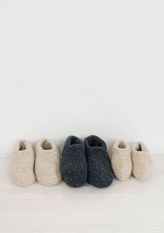Filtede tøfler - gratis PDF opskrift - Damer - Tante Hanne Make Your Own, Diy And Crafts, Knit Crochet, Knitting Patterns, Slippers, Felt, Sewing, Groot, Accessories