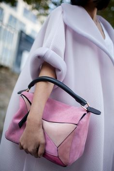 The best of street style during Milan Fashion Week ladylike, pink outfit, pink bag, feminine look Fashion Week Paris, Fashion Weeks, Fashion Week 2016, Milan Fashion, Runway Fashion, Winter Fashion, Style Work, Mode Style, Fashion Bags