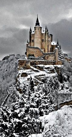 kasteel van sneeuwwitje: Alcazar Castle in the winter, Segovia, Spain