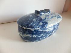 CAIXA EM PORCELANA CHINESA Caixa em porcelana chinesa, azul e branca, com decoração craquelet.  Dimensões: 17x9x13 cm