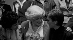 """Mary Kay Ash con la fuerza de ventas independiente en el Seminario de 1982. Mary Kay Ash se refería a menudo a la fuerza de ventas como """"Sus niñas"""", y dijo en el Seminario: """"Mi objetivo era dar a las mujeres la oportunidad que se me había negado. De la misma forma que una madre quiere que sus hijos tengan las cosas que ella no tuvo. Creo sinceramente que las mujeres pueden hacer todo lo que quieren en este mundo si lo desean de verdad y si están dispuestas a pagar el precio para lograrlo""""."""