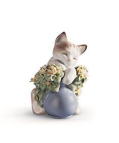 お花の中でゆったりとお昼寝をしています。リヤドロは動物からインスピレーションを得た作品を数多く発表してきました。アーティストたちは表情や仕草だけでなく、それぞれの動物たちの愛すべき個性までもとらえています。人生の美しい瞬間や躍動感あふれる生命の姿、ポーセリンアートの秘めた無限の造形美の可能性を追求した作品の数々は、世界中の多くの人々の共感を得るとともに、広く芸術的価値を認められ、ロシアのエルミタージュ美術館など、世界に名だたる美術館に展示・所蔵されています。