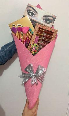 Cute Birthday Gift, Friend Birthday Gifts, Diy Birthday, Makeup Bouquet Gift, Gift Bouquet, Little Presents, Diy Gift Baskets, Diy Gifts For Boyfriend, Candy Gifts
