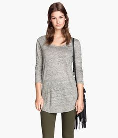 Long top in linen jersey with long sleeves. Slightly longer back section with seam, and rounded, overlocked hem.