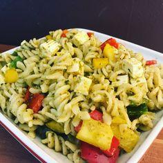 Da kam mir dann die Idee einen Sommerlichen Pesto Nudelsalt zuzubereiten und das Schöne daran er schmeckt sogar fantastisch.