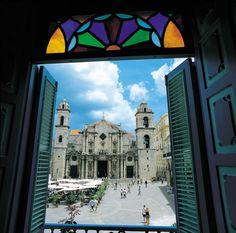 """""""Mil Habanas, una Habana"""" La ciudad es escenario físico lleno de significados e imaginarios que dialogan perpetuamente con la memoria colectiva y la arquitectura que nos rodea. El inmueble absorbe un sentido de ideal humano comprometido con una temporalidad, una historia y una cultura."""