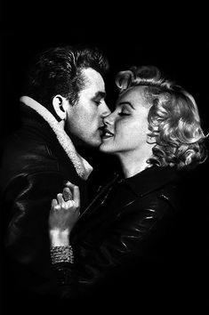hollywood golden age Marilyn Monroe and James Dean Marylin Monroe, James Dean Marilyn Monroe, Marilyn Monroe Kunst, Marilyn Monroe Cuadros, Marilyn Monroe Artwork, Marilyn Monroe Style, Old Hollywood, Hollywood Icons, Hollywood Actor
