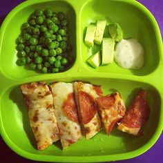 Paired with peas, avocado & garlic Caesar dressing for dipping *pizza de pepperoni, chícharos, aguacate & aderezo César de ajo* Healthy Toddler Meals, Toddler Lunches, Kids Meals, Healthy Snacks, Easy Meals, Healthy Recipes, Toddler Food, Healthy Drinks, Space Food