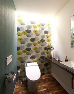 個性的な壁が印象的なトイレ