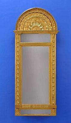 Duesseldorfer Auktionshaus  Spiegel von Johan Martin Berg in Göteborg, 1803 - 1837 Vergoldeter Rahmen mit applizierten Dekor. Rückseite mit alten Aufkleber und Inventaretikett. H 167 cm, B 72 cm