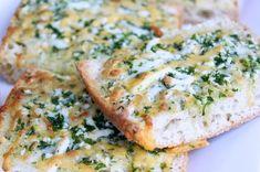 Dieses Knoblauchbrot macht süchtig. Es ist mit geschmolzenem Käse und einer herrlichen Knoblauchbutter getränkt. Es schmeckt toll als Grillbeilage, zu Pasta oder auch einfach nur zwischendurch. Mit…