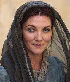 CATELYN STARK — Nascida: Catelyn Tully — Apelidos: • Cat • Senhora Coração de Pedra • A Irmã Silenciosa • A Mãe Impiedosa • A Carrasca — Títulos: • Senhora de Winterfell • Líder da Irmandade Sem Bandeiras — Lealdade: • Casa Stark • Casa Tully • Irmandade Sem Bandeiras — Cultura: Terras Fluviais — Esposo: Eddard Stark — Nascimento: 264DD, em Correrrio — Morte: 299DD, em Gêmeas — Intérprete: Michelle Fairley