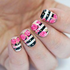 Uñas con rayas blancas y negras con rosas color... rosa con detalles en dorado.