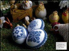 Die bestickten blauen Eier, die beim Hasenband lagen noch einmal im Detail. Gestickt habe ich auf 11fd. Zählstoff mit jeansblauem Anc...