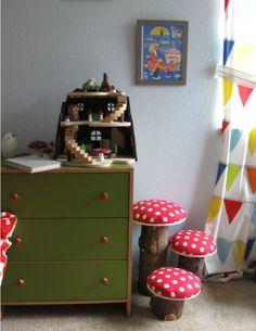 Heitere das Kinderzimmer mit diesen süßen Pilzstühlen auf.