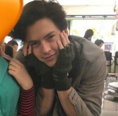 Cole Sprouse With Fan Riverdale Betty And Jughead, Videos Kawaii, Cole Sprouse Jughead, Zack E Cody, Riverdale Cole Sprouse, Dylan And Cole, Lily Cole, Dylan Sprouse, Riverdale Cast