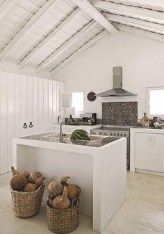 Côté cuisine, azulejos lisboètes qui couvraient les soubassements et les plinthes des murs sur lesquels se déployaient les carreaux bleus. Évier ancien en marbre.